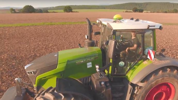 Nouvelles technologies - Et si un autoguidage John Deere pilotait un tracteur Fendt?